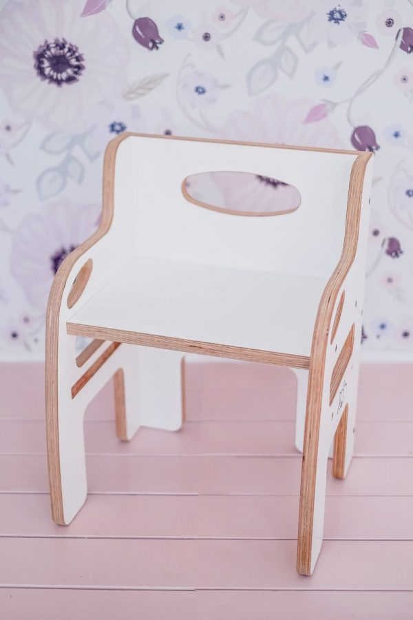 Weaning chair in white